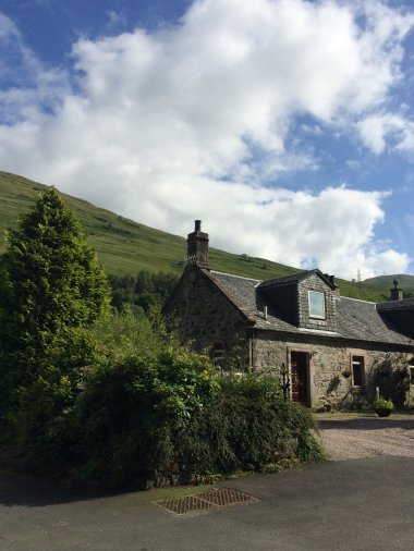Charming, cosy cottage on the banks of Loch Long.